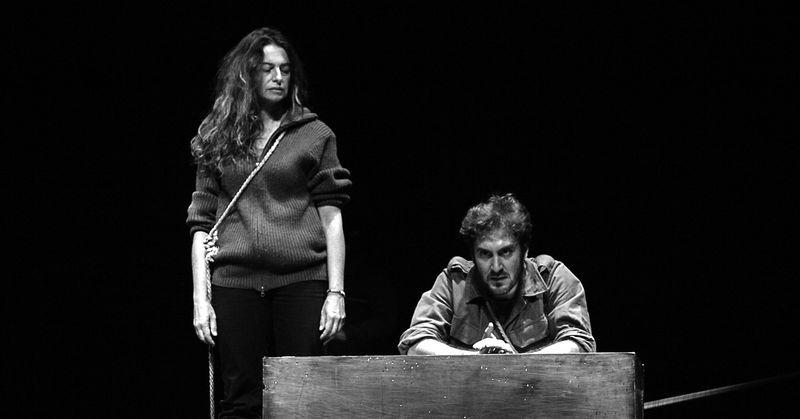 Maite (Lola Baldrich) y Txori (Álex Gadea) en la adaptación de la obra de teatro de Albert Camus 'Los Justos'. VECTOR FLEMING (Teatro Español).